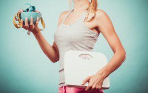 Femme qui fait un régime amincissant et surveille son poids